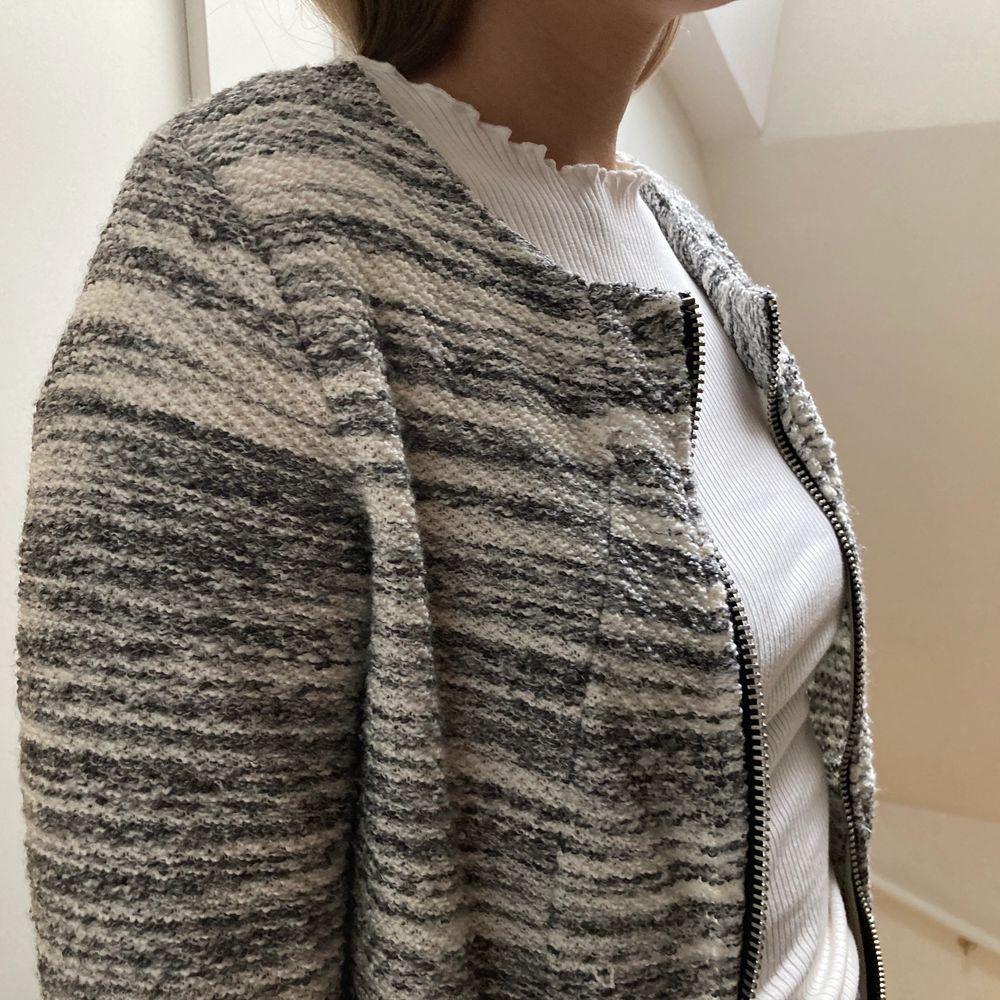 Härlig gråvit jacka/kofta med dragkedja från Gina tricot i strl M. 🌟. Tröjor & Koftor.