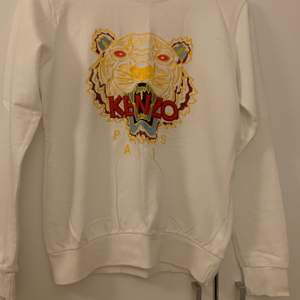 Vit Kenzo tröja (kopia) men ser mycket äkta ut. Använd endast 1 gång, nyskick. Storlek S.