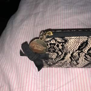 Liten Victoria Secret necessär som man även kan använda som ett fint pennfack eller liknande. Inklusive frakt