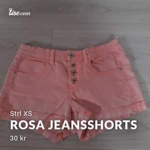 Rosa fina jeansshorts. Använda men fint skick fortfarande. Strl XS. Frakt: 44 kr