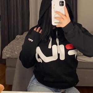 Fila hoodie i storlek xs som även är i unisex! Frakt tillkommer med 60kr🌷