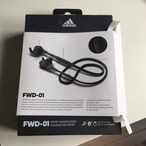 Hörlurar från Adidas HELT OANVÄNDA Modell FWD-01 Sport Nypris: 1599kr