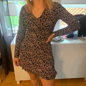 Söt blommig klänning från boohoo. Säljer för att jag inte använder den. Köpte för 250kr men säljer för 50kr