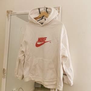 Äkta nike hoodie som jag lägger upp igen❤ ligger bara i garderoben eftersom att rött inte är min färg. Riktig streetstyle