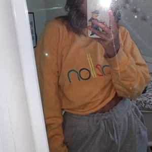 Trendig vintage tröja, märket benetton✨ Lite croppad, passar en S/Xs💕 Skriv för fler bilder! Om många är intresserade blir det budgivning!