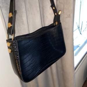 Säljer min fina baguettväska aldrig använd köpte för 1 vecka sen  ungefär buda från 150kr!😊