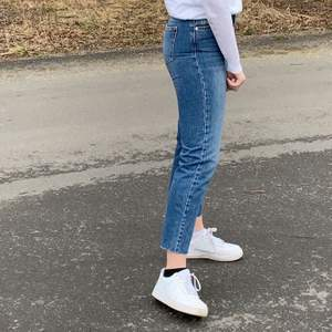 Snygga jeans från NA-KD!!! Strl 36. Använda fåtal gånger och i ett fint skick. 100kr + 55kr frakt