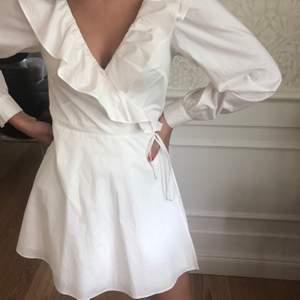 Vit långärmad cool klänning från h&m! Sitter jättefint och framhäver kroppens former osv :) Köpare står för frakt