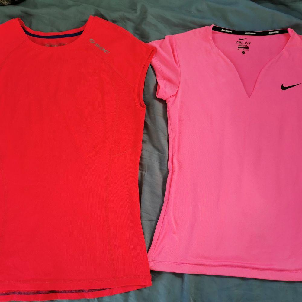 Säljer dessa två träningströjor i stl m. Nike är använda ett par gånger och är lite sliten på märket. Soc är använd 2-3 gånger och är i bra skick. Säljer både för 100kr och en för 60kr plus frakt. . Huvtröjor & Träningströjor.