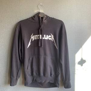 METALLICA hoodie från boohoo. Använd fåtal gånger och är i ett bra skuck. St M och passar också S.