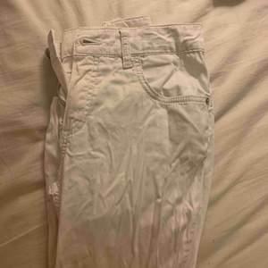 Mina snyggare vita jeans. Tyvärr blivit för små. De är inte jätte tjockt material vilket gör att de är PERFEKTA för sommaren. För dig som söker ett par snygga tighta vita jeans. Lite skrynkliga på bild, går lätt att stryka. Köptes dyrt.