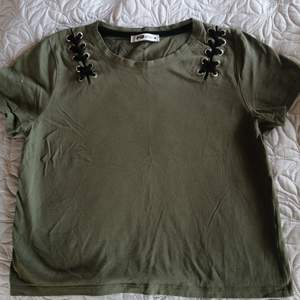 FB Sister millitärgrön t-shirt i storlek M, mycket bra skick, använd ett fåtal gånger.