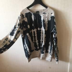 Helt ny tröja från Urban Outfiters! Strl s-m, inga lappar kvar men aldrig använd, jättemjuk innuti! Frakt 79kr.