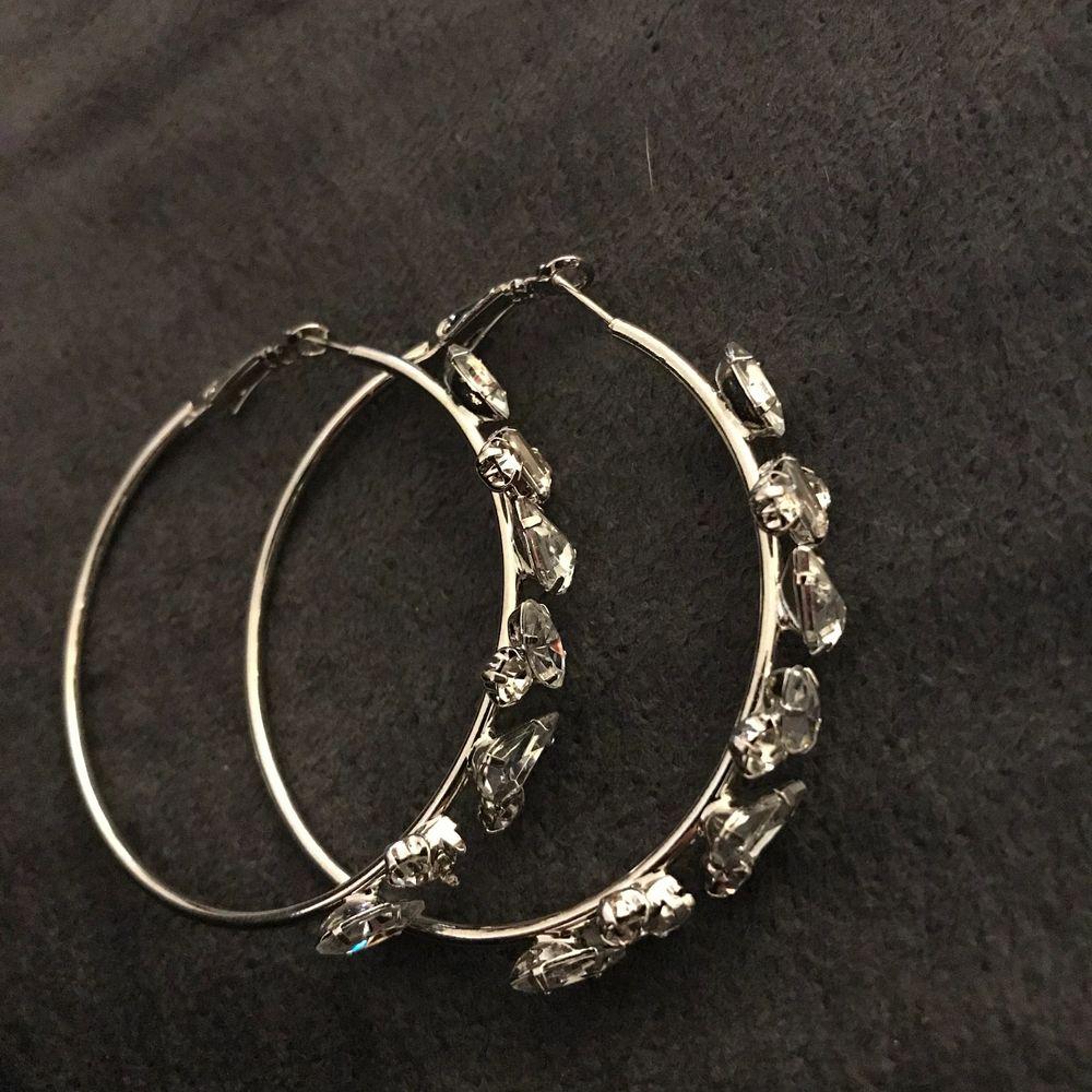 Silver örhängen som jag aldrig använder längre. Köpare står för frakt💗 (kan även mötas upp). Accessoarer.