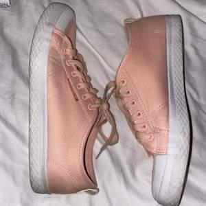 Casuall Rosa Låga Adisas Sneakers , (: I storlek 40 ! Bra skick som nya! Pris kan diskuteras
