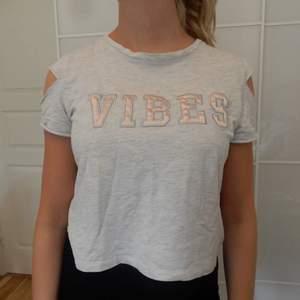 """T-shirt med trycket """"Vibes"""". Väldigt bekväm. Storlek S."""