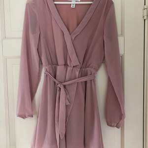 Säljer min ljusrosa klänning från Nelly då den är för liten. Den är kort med normal passform och är i bra skick.🎀👍🏼