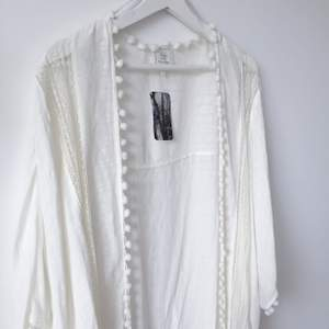 Vit kimono från Urban Outfitters i strl M. Aldrig använd. Nypris 945 kr, säljer för 150 kr.