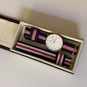 En superfin och knappt använd klocka med ett rosa/blått band och ett blått/vitt/rött extra band som aldrig använts. Pris går att diskutera vid snabb affär och hör bara av er vid frågor! Givetvis äkta 🤍🤍