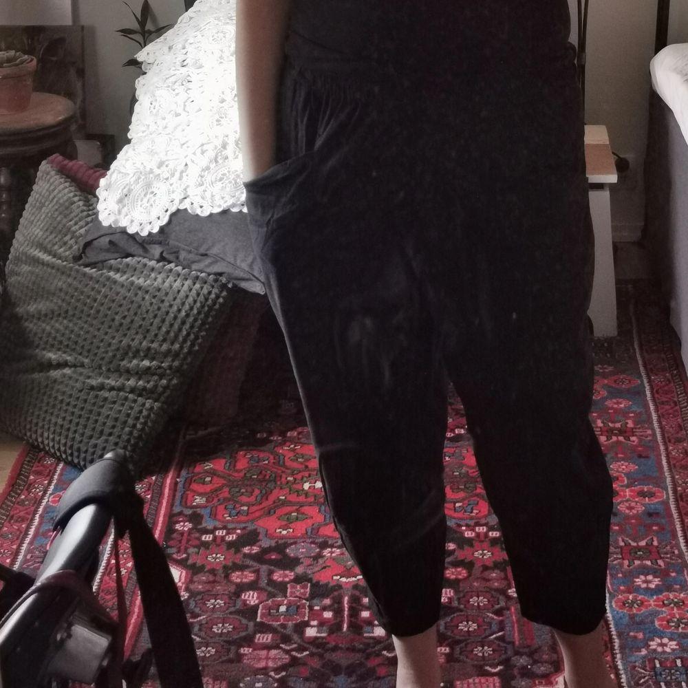 svarta tunna haremsbyxor med resår i midjan och fickor fram, står L men är snarare M 🎈frakt ingår. Jeans & Byxor.
