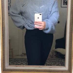 Superfin stickad ljusblå tröja från Lindex.🦋 Jag köpte denna på second hand för ett halvår sen men har inte fått användning av den på sistone och tycker att någon ska få användning av den för den är verkligen jättefin.🥰 Den har ballongärmar och är ganska stor, XL. Men är snyggt om man stoppar in den i byxorna så den blir lite oversized. Säljer för 100kr+frakten på 63kr💞💞