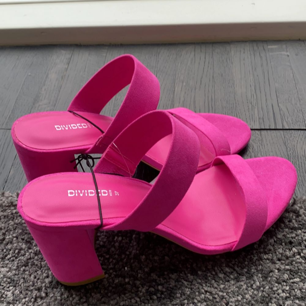 Säljer det här oanvända rosa klackarna💋helt oanvända från HM divaded😋ordinarie pris runt 200kr säljer de för 55kr😘STOLEK 37 DAM❤️. Skor.