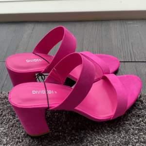 Säljer det här oanvända rosa klackarna💋helt oanvända från HM divaded😋ordinarie pris runt 200kr säljer de för 55kr😘STOLEK 37 DAM❤️