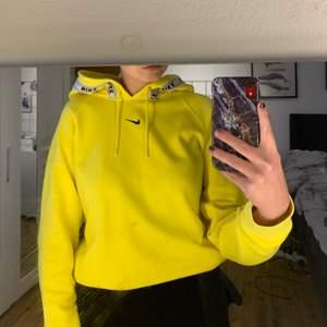 Säljer min fina Nike hoodie då den inte kommer till användning, använt den fåtalgånger. Hoodien har även ficka som man inte ser, men kan skicka bild om man vill. Priset + frakt ✨💛🧡