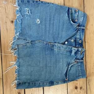 Väldigt fin jeanskjol från Gina tricot och är inte använd många gånger!
