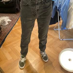 Jeans köpta vintage, gråa jeans med detaljer på jeansen