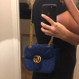 Blå sammets väska Gucci inspirerad väska aldrig använd. Kedja i mässing och sammet. Ny pris 1500 mitt pris 250