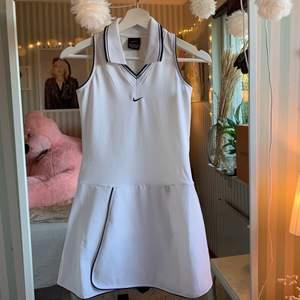 En vit Nike klänning, helt oanvänd. Den är inte för kort man kan gå ut med den. Köpt i Nike butik. Klänningen är i M men ja tycker den passar S bra också, det är stretchmaterial