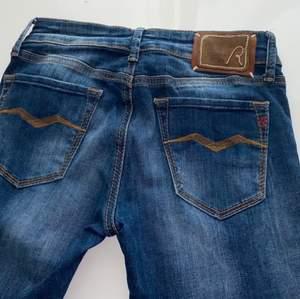 Säljer dessa snygga Replay jeansen i storlek 26-32, dom är helt nya. 200kr + 44