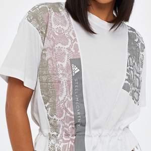 Graphic Tee - Adidas x Stella McCartney. Super fin träningstopp, endast använd en gång. Stl. M. Nypris: 649kr.