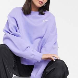 Super fin lila sweatshirt från NIKE. Stl. Xs (boxig oversize i modellen passar mig med s/m). Bra skick. Köparen står för frakten. Nypris: 589kr