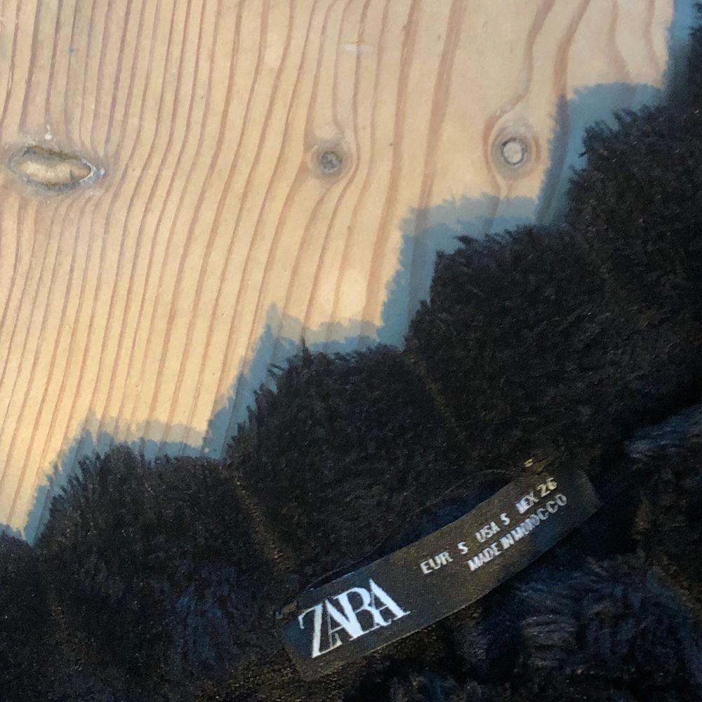 Tröjan är superskön och perfekt nu till vintern men tyvärr förstor för mig! Som ni kan se på bilderna sitter är den väldigt pösig och är förlång i armarna för mig. Jag är 155cm lång så den passar nog bäst till någon som är längre än mig! På bilderna har jag stoppat in tröjan lite i byxorna men den är i ganska kort modell. Den är köpt på Zara och är i storlek S. . Tröjor & Koftor.