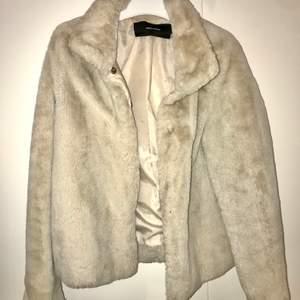 Skitsnygg vit/beige jacka från Vera Moda. Perfekt nu i vinter. Frakt tillkommer!🌸