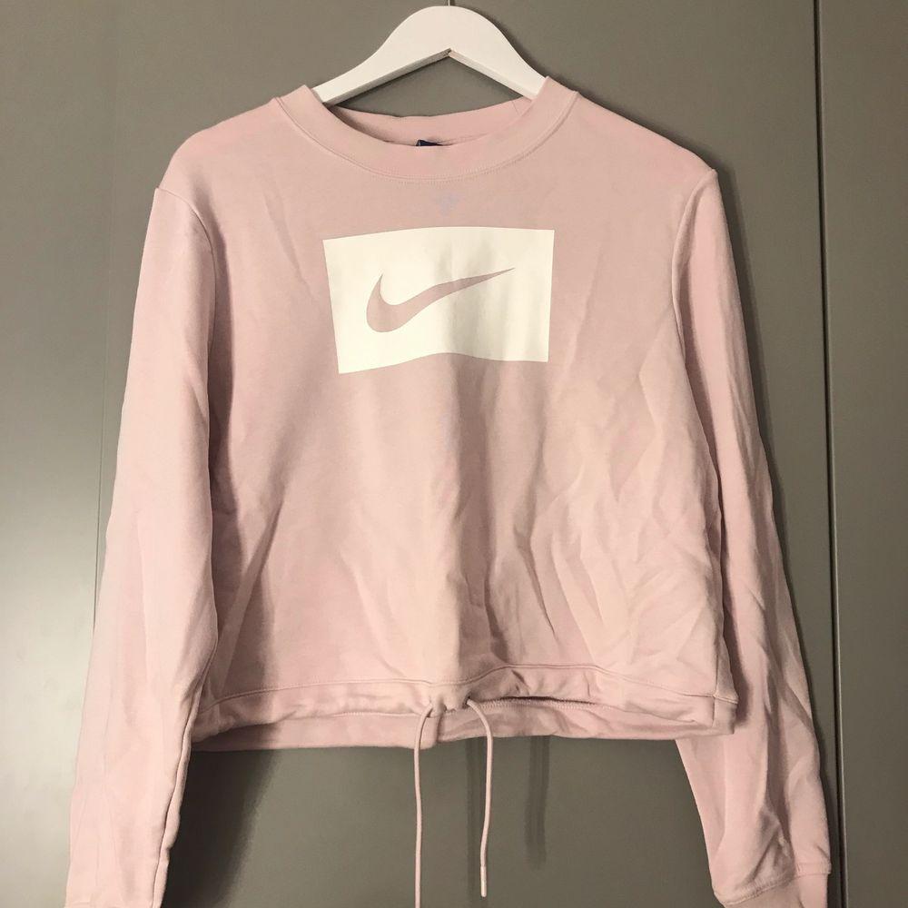 En jättemysig och snygg Nike tröja, svagt rosa med vitt märke. Köpt för 400 för några månader sen men inte kommit till användning. Är inte jättelång men går till höften, går att dra åt så att det blir en kroppad tröja 💖💖 buda!. Huvtröjor & Träningströjor.