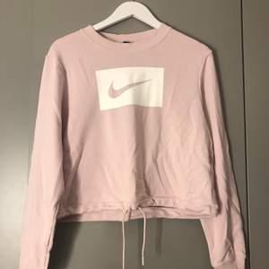 En jättemysig och snygg Nike tröja, svagt rosa med vitt märke. Köpt för 400 för några månader sen men inte kommit till användning. Är inte jättelång men går till höften, går att dra åt så att det blir en kroppad tröja 💖💖 buda!