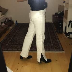 Asballa vita jeans från Weekday, modell Rowe. Storlek 27/32, är 165 cm lång och har 5 cm långa klackar.