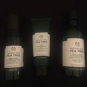 Säljer allting på bilden! Denna tea tree serien är från The body shop och alla tre produkter är oanvända.  Toner/Tea Tree Skin Clearing Facial Wash: 70kr.            Skrubb/Tea Tree 3-in-1 Wash Scrub Mask: 120kr.       Ansiktsrengöring skum/Tea Tree Skin Clearing Foaming Cleanser: 100kr.                                              Paketpris för alla 3 stycken: 270kr.                                Köparen står för frakt!!  CLEANSER OCH MASKEN SÅLD!! ENDAST TONER KVAR!!