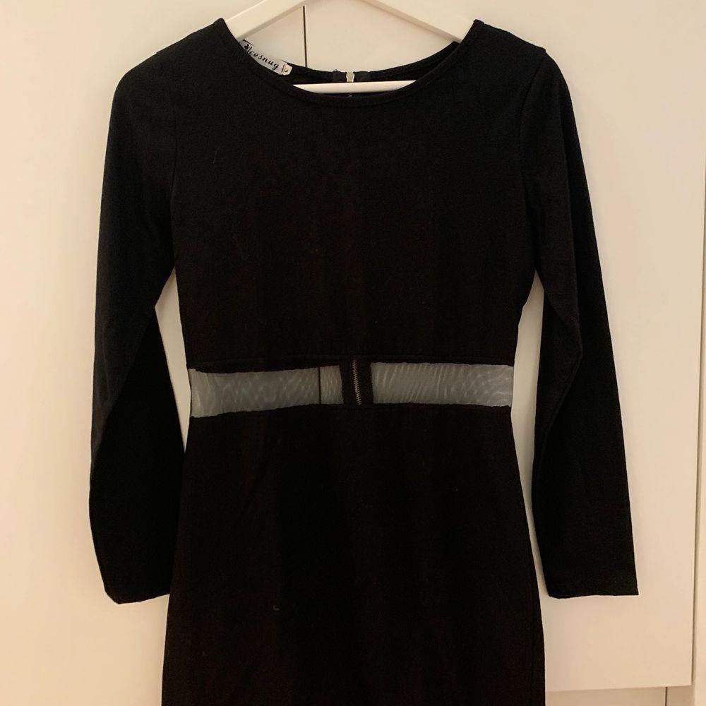 Kort svart klänning som jag köpt i Asien, den är genomskinlig vid midjan. . Klänningar.