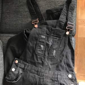 svart jeans jumpsuit från hm. kan hämtas i söderort i sthlm eller postas 💜