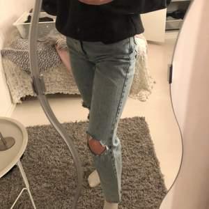 Säljer dessa jeans med hål. 40kr plus frakt