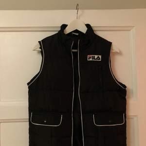 Säljer min Fila-väst pga för liten. Inköpt i Toronto för två år sen men bara hängt i garderoben pga för liten😞 är storlek M men är mer som en S/XS.