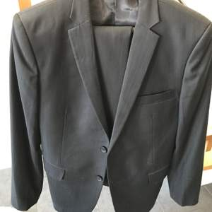 Svart kostym storlek S/M (44/46)