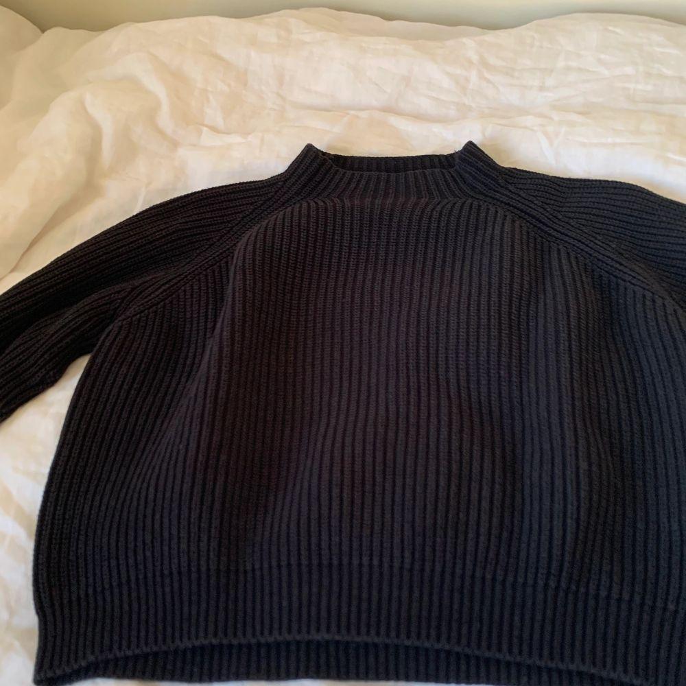 En stickad tröja från mango som nu har blivit något liten för mig. Det är storlek S men passar även xs skulle jag säga. Den är använd och har en lite urtvättad svart färg men annars är det inget fel på den. Priset är på 60kr exklusive frakt.. Stickat.