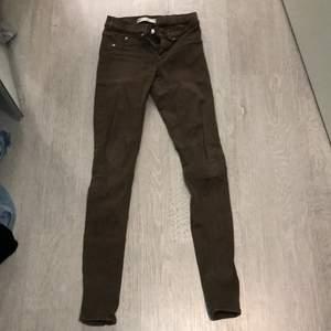 Jeans i typ grön/brun färg. Jätte bra skick. Lågmidja