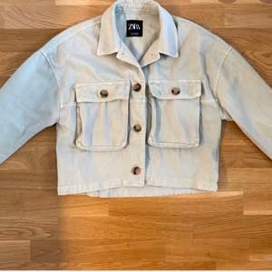 Jätte fin jeans jacka från zara. Storlek 34 men är ganska oversized. Nyskick