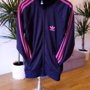 Superfin mörklila Adidas tröja, endast provad så den är helt i nyskick 👌 står storlek L men det är i barnstorlek så den passar för S, finns i Västerås 🌸🌸